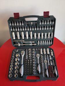 Coffret de 200 outils ( cliquets, douilles, embouts torx, etc... ) de marque Kraftwerk.